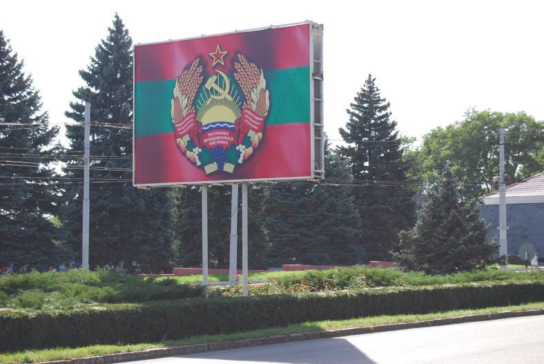 Calles de tiraspol con bandera transnistria -  commons