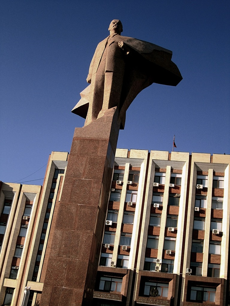 Estatua de Lenin frente al parlamento - internet