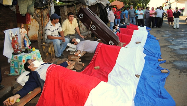 paraguya-crucificados-protesta