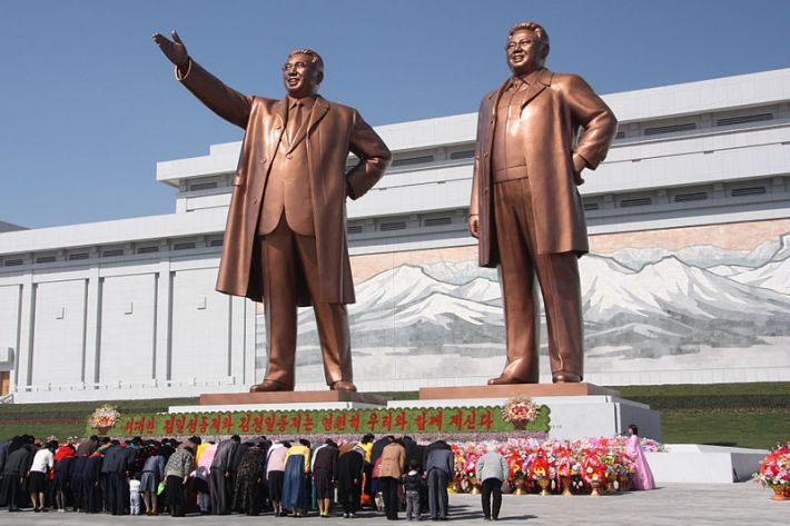 800px-The_statues_of_Kim_Il_Sung_and_Kim_Jong_Il_on_Mansu_Hill_in_Pyongyang_(april_2012)