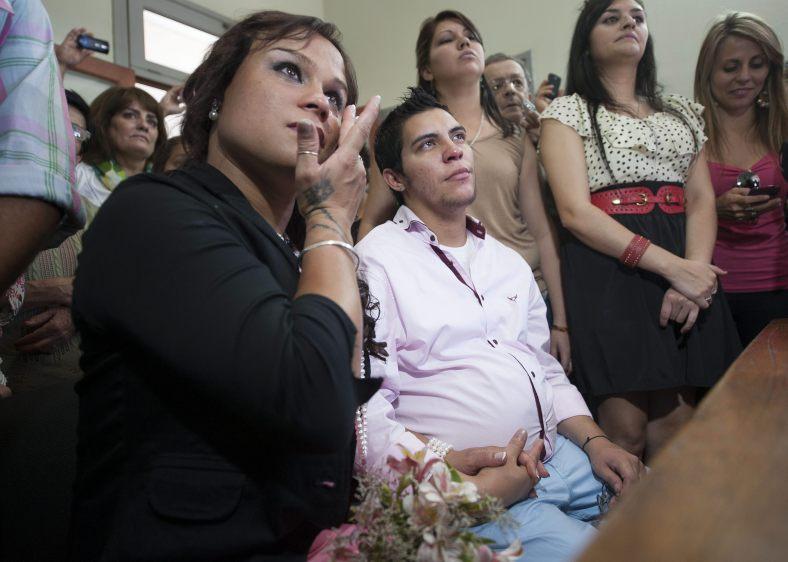 SACERDOTE BENDIJO VIENTRE DEL PRIMER HOMBRE EMBARAZADO EN ARGENTINA