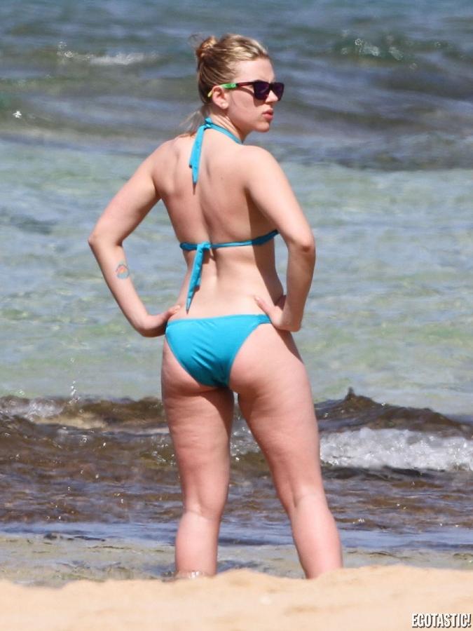 scarlett-johansson-blue-bikini-hawaii-12-675x900